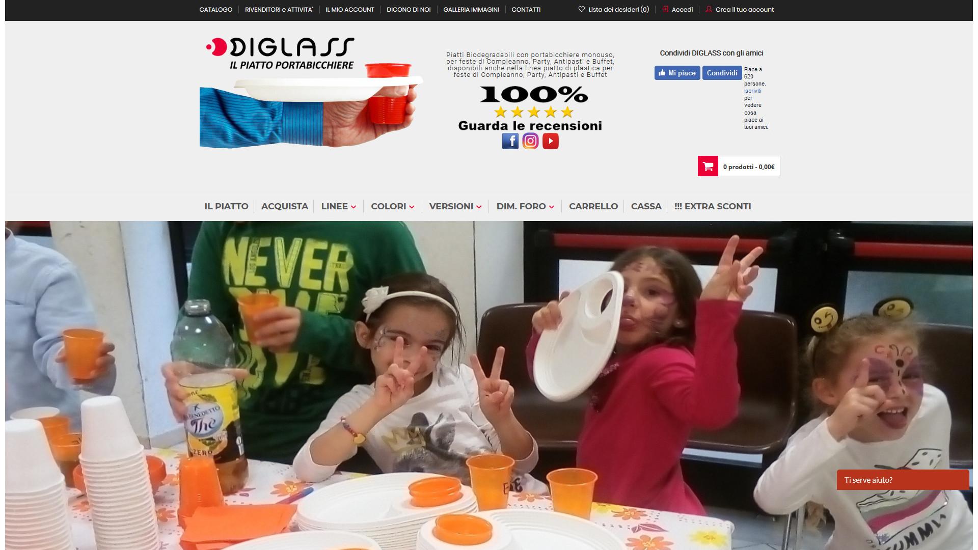 Bambine che fanno festa con piatti con il foro bianchi e bicchieri arancioni