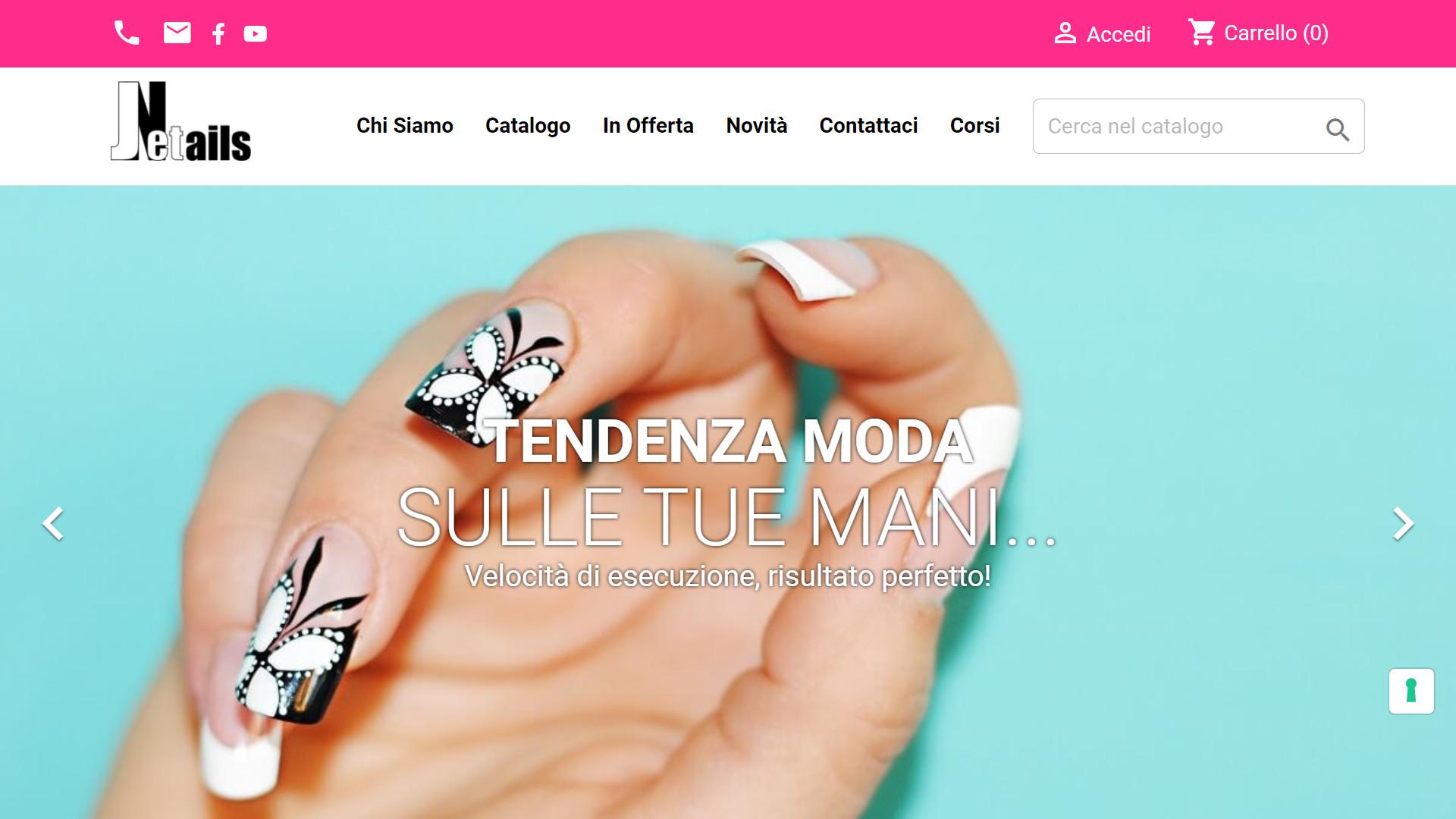 Mano di donna con unghie decorate da Jet Nails